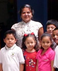 La directora con niños de la escuela ganadora del 2o lugar nacional