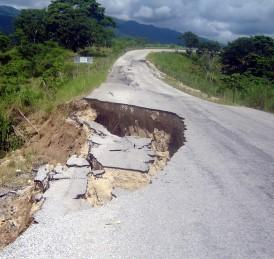 Grave asentamiento en carretera pone en peligro vida de conductores.