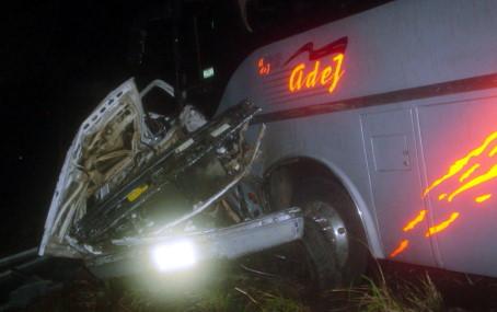 A esto quedó reducida la camioneta embestida por elautobús.