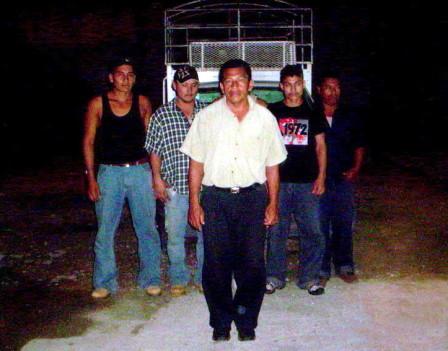 El presunto pollero con los ilegales que transportaba.
