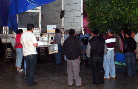 Militantes de los partidos en disputa presenciaron el traslado.