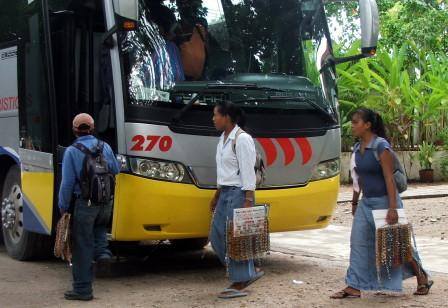 Aún ni baja del autobus el visitante y ya están sobre de él.