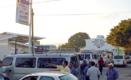 El ingreso de los autobuses fue bloqueado por transportistas.