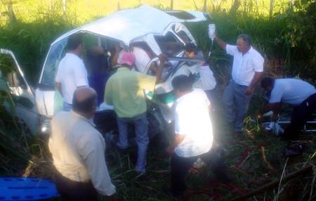 10 heridos en el accidente carretero al volcar la combi.