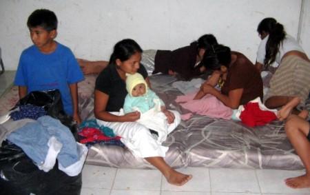 Algunas de las familias evacuadas por inundaciones.