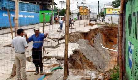 El deslave provocó el derrumbe de la calle.