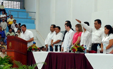 El presidente saliente tomo protesta a Cruz Guzman.