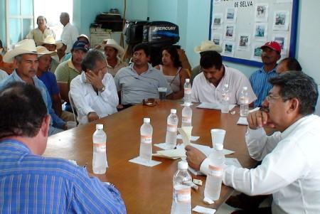 El secretario estatal se reunió con pescadores de la región.