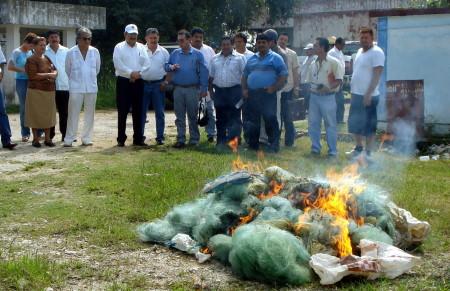 Redes decomisadas a pescadores furtivos fueronincineradas.