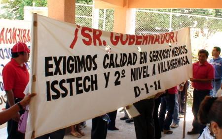En la cl�nica los maestros se manifestaron con un plantón.