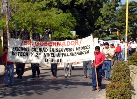 Los profesores marcharon para protestar por los malos servicios médicos.