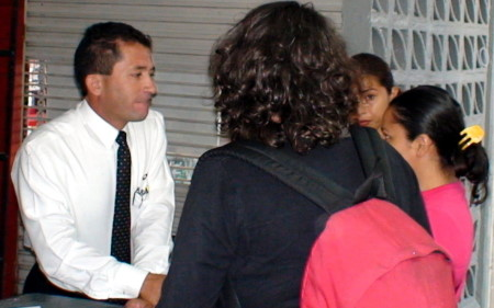 El guatemalteco opera irrregularmente en el interior de la terminal.