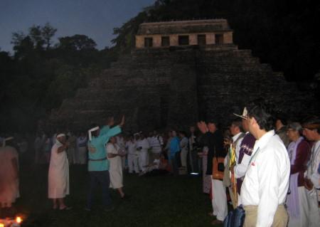 Con una ceremonia los lacandones recibieron al Sol en el amanecer.