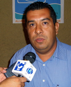 """Politico desempleado pide """"chamba"""" aCalderón."""