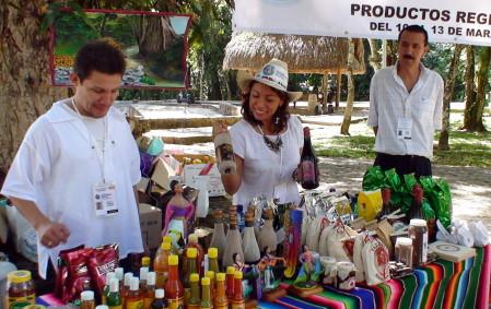 Promueven dos docenas de productos regionales.
