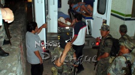 Los dos heridos a su ingreso al Hospital de Palenque.