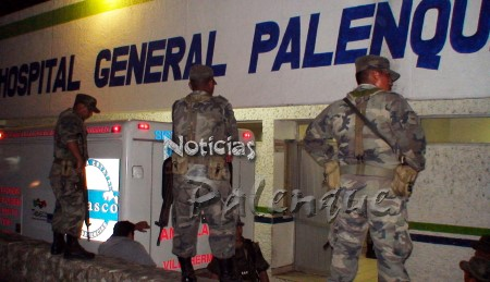 Los militares rodearon el hospital al ingresar a los baleados.