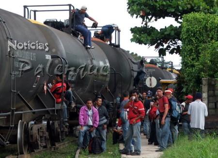 Migrantes, a diario exponen su vida.