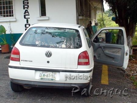 """Auto con el que \""""abanderaban\"""" al camión con ilegales."""