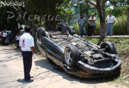 El carro deportivo quedó abandonado por el conductor.