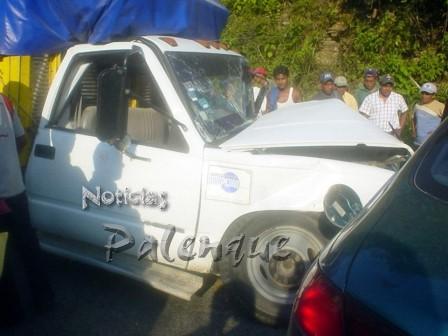 El sedan se fue a impactar contra la camioneta de carga.