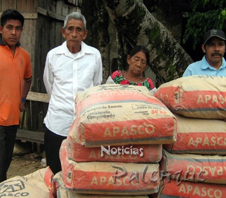 Familias indigenas fueron beneficiadas con la entrega de cemento.