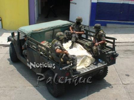 Los detenidos al momentos de ser sacados del hotel para su traslado.