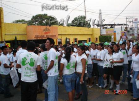 Los jovenes participaron en la marcha.