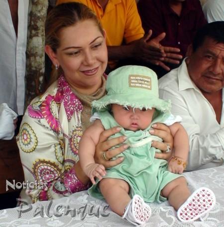 Yary festejó a las madres acompañada de su bebé.