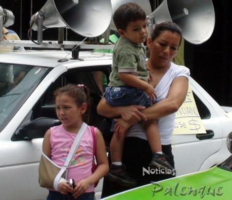 La esposa e hijos del finado presentes en la manifestación.
