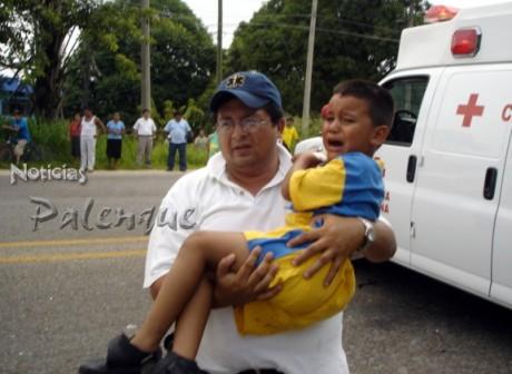 Los paramédicos socorrieron a los heridos, entre ellos dos niños.