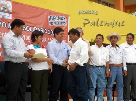Entregaron apoyos a campesinos de Salto de Agua.