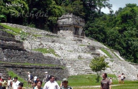 Evidente contraste entre el templo de la izquierda y el de la derecha.
