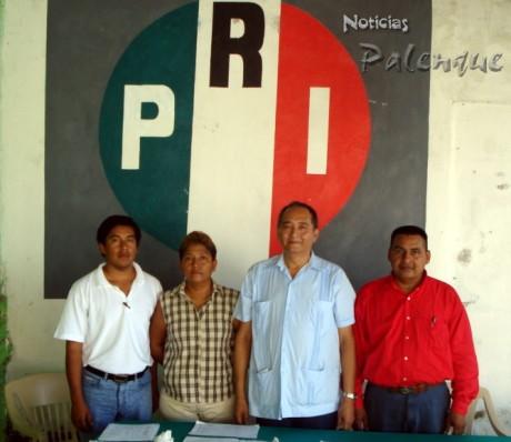 Los delegados nacionales con el dirigente del PRI en Palenque.