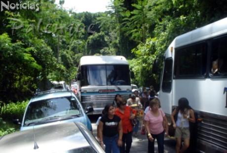 Los dos autobuses no cab�an en el estrecho camino.