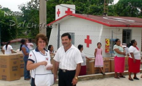 La Presidenta de damas voluntarias y el presidente Cruz Roja Palenque.