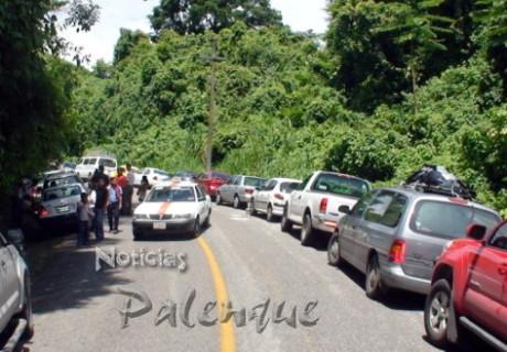 Se ven obligados a estacionarse en ambos costados del camino.