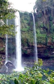 El bloqueo a la cascada generó molestias al turismo de temporada.