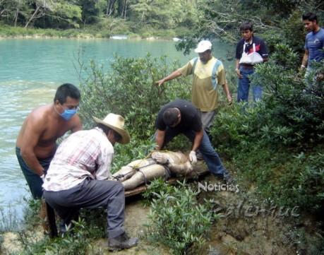 El cuerpo decapitado fue encontrado flotando en el rio.