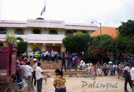 Indignados tomaron la presidencia municipal y se enfrentaron a la policia.
