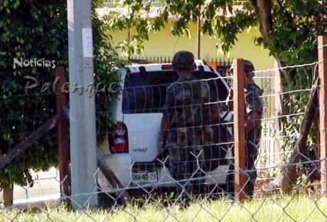Los militares resguardaron el perimetro durante los cateos.