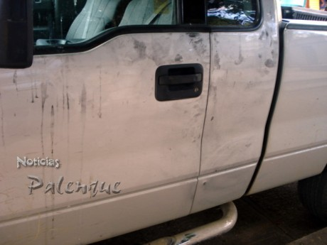 Los peritos tomaron huellas dactilares en la camioneta.