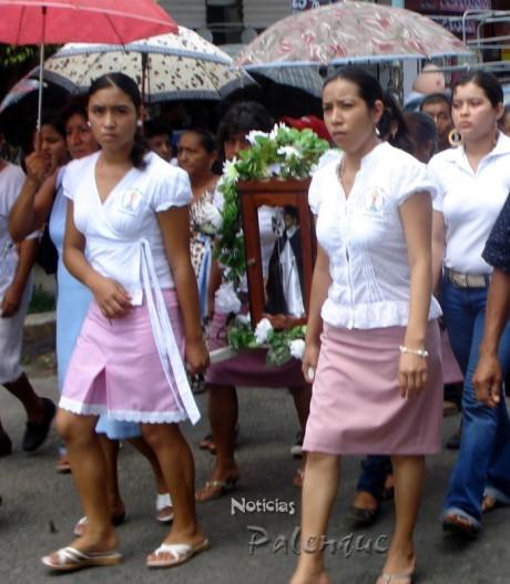 Un honor para los católicos de Palenque el llevar el Santo Patrono.