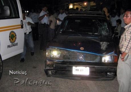 Vecinos y policias detuvieron al imprudente conductor.