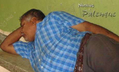 El padre del edil en espera de ser presentado ante la PGR.