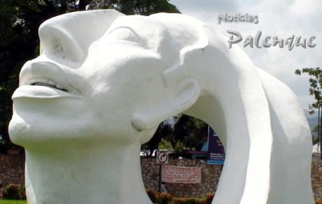 Enmarcada por la colosal cabeza maya se observa la narco-manta.