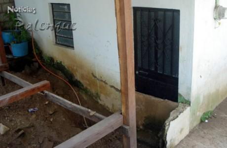 Esta vez el agua rebasó el murete de contención y se metió a la casa.