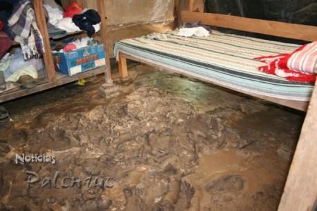 Impresionante capa de lodo en casas del ejido Cascada.