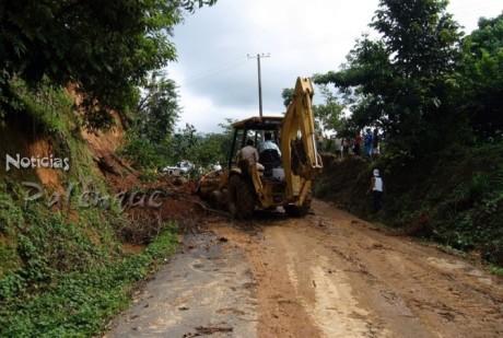 Derrumbes de diversas magnitudes bloquean caminos de la zona.