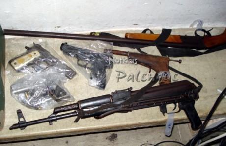 Armas viejas y hechizas son utilizadas por los asaltantes.